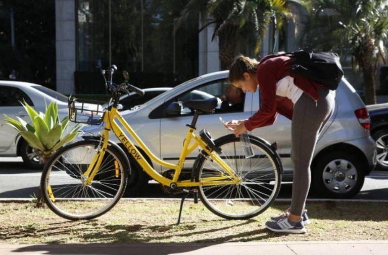 Os veículos serão personalizados com adesivos de comércios locais, parceiros do novo sistema. Foto: Joel Silva / Folhapress.
